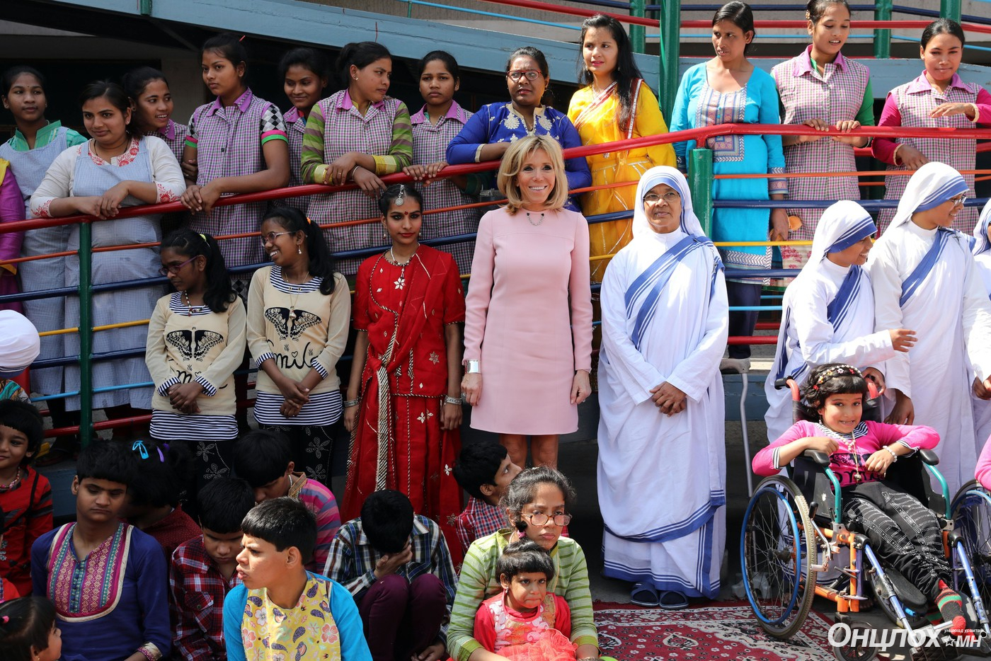 La Première Dame Brigitte Macron (Trogneux) lors de sa visite de l'orphelinat Mère Teresa pour enfants handicapes, moteurs et mentaux à Jeevan Jyoti Home, Jangpura, Mathura Road, à New Delhi, Inde, le 10 mars 2018. © Sébastien Valiela/Bestimage French First Lady Brigitte Macron visiting Mother Teresa's Missionaries Of Charity Jeevan Jyoti Home for children with disabilities, motor and mental in New Delhi, India, on March 10, 2018.